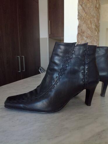 Prodajem cizme poluduboke malo koriscene br.40 kozneSandale