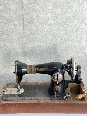 Продаю швейную машину рабочая в хорошем состоянии цена 2500 сом