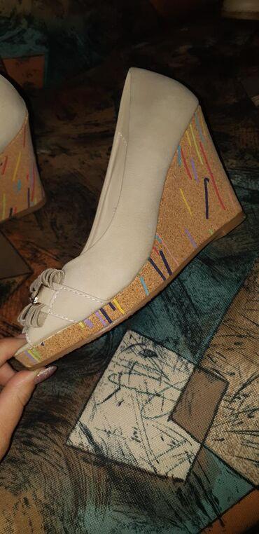 Ostalo | Novi Banovci: Cipele na platformu. bukvalno kao nove . 38 broj