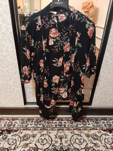 Женский почти новый костюмлетний вариант в хорошем состоянии. Размер