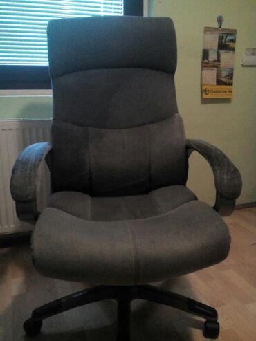 Prodajem veoma udobnu i cvrstu stolicu .Moze da se spusta i podize
