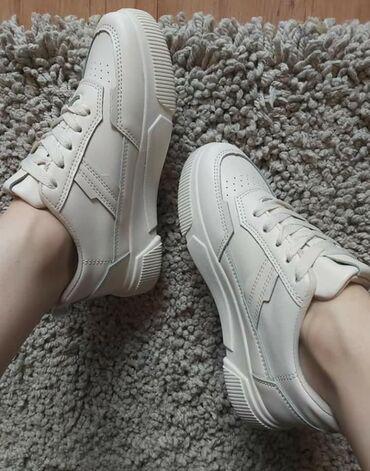 Ženska obuća | Sokobanja: Prljavo bele patikice, vuku na bledu krem boju, uz sve se slazu