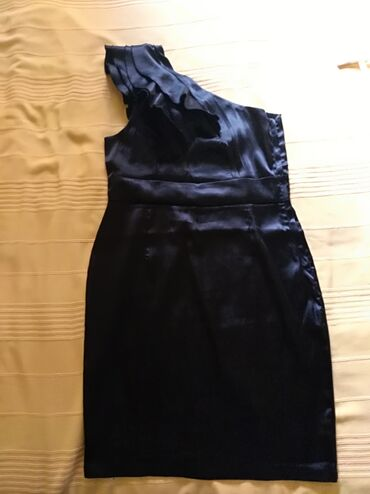 Ženska odeća | Mladenovac: Crna haljina na jedno rame sa volanima (saten-svila) vel 42