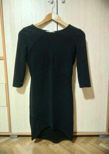 Crna haljina sa rukavima do laktova, iznad kolena, kupljena u