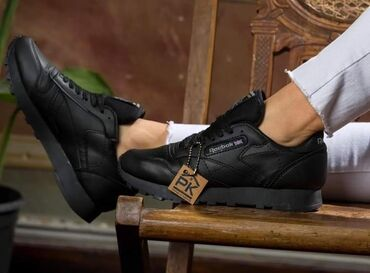 Kozne cipele - Srbija: Crne Reebok Classic patike, eko koza, nepromocive su, pravi jesenji