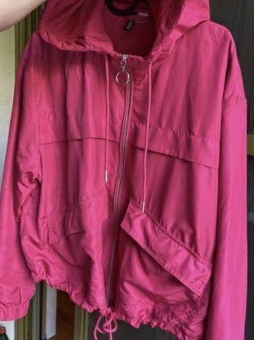 Sportska jaknica, izgleda kao da je suskava. Boja izrazito pink