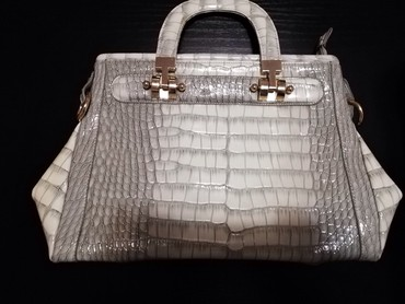 Prada-torba-je-turskoj-e - Srbija: Sivo beličasta damska torba. Ima i dugačak kaiš ko želi da je nosi