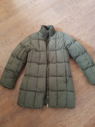 Очень толстая куртка с капюшоном. Стирать наверно вручную. Есть