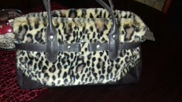Tigrasta AVON torbica. Srednja velicina, sa dosta mesta unutar torbe. - Jagodina