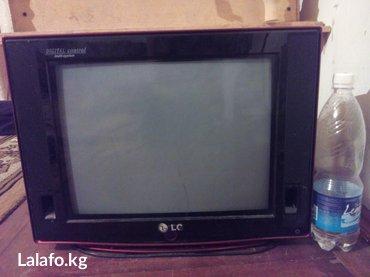 lg телевизор цветной в Кыргызстан: Телевизор LG цветной. Размер не большой. Фото на фоне 1 литровой воды