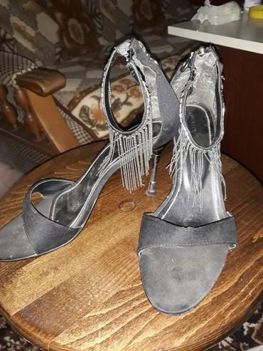 Sandale, crne boje sa srebrnim oko noge, više ih ne nosim pa ih