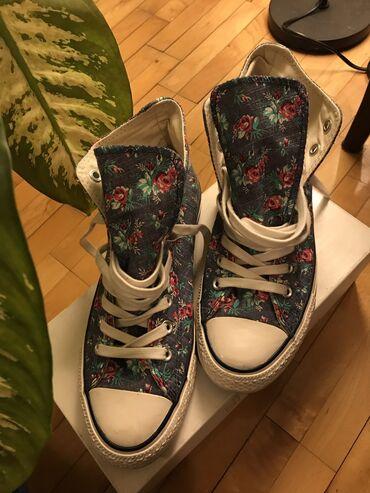 Converse starke sa cvetnim dezenom obuvene svega 3-4 puta veličina