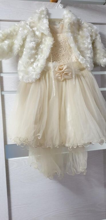 Платье на принцессу,есть шлейф, на 2-3годика,в комплекте накидка