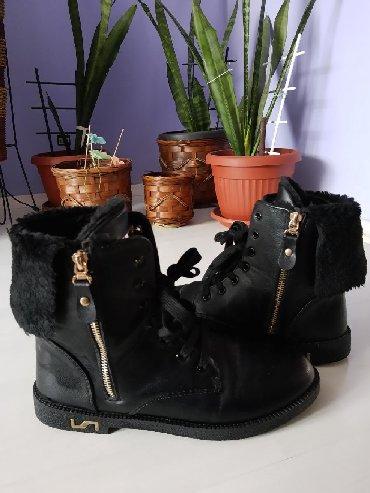 Ženska obuća   Ruski Krstur: Crne cizme,krace.Broj 39.Nosene svega dva puta.Klasicni tragovi