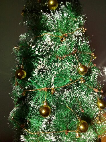 Очень красивая, пышная елочка с имитацией снежинок на кончиках веток