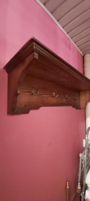 Kuća i bašta | Crvenka: Prodajem čiviluk -policu od drveta.Izuzetan komad.Duzina 109 cm a