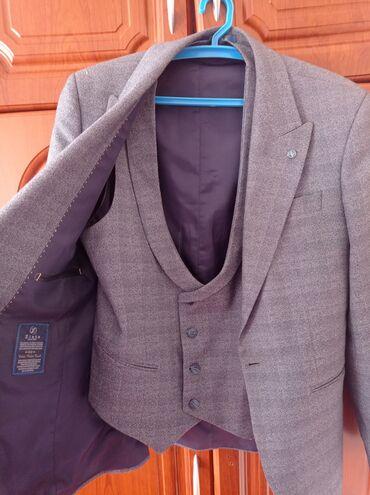 Личные вещи - Кызыл-Суу: Продается костюм совершенно новый одевал только на выпускной