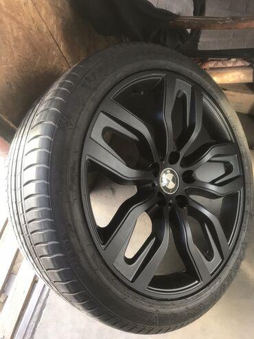 renault r20 в Кыргызстан: Разноширокие диски R20 на BMW Х6 ; X5  Резина mayrun состояние 99% Пер