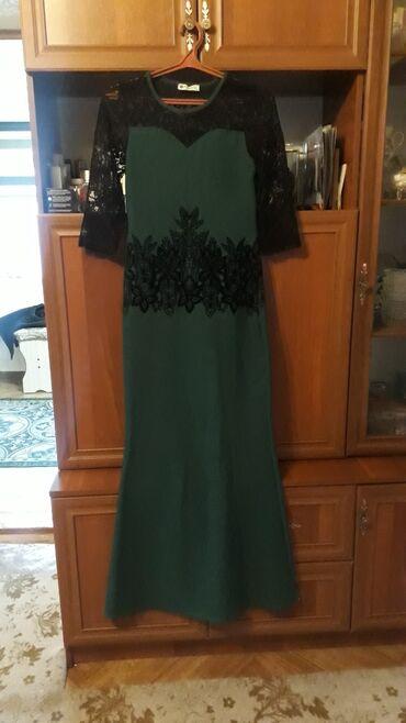 Продаетсяб/У платье изумрудного цвета.Длина в пол,с бархатными