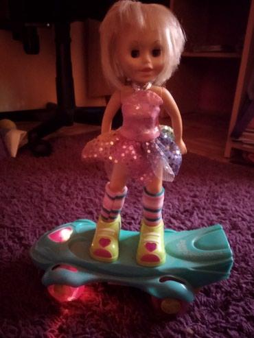 Lutka koja vozi skejt I peva ide po podu I ima senzor koji je okrene - Pancevo