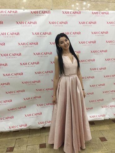 платье в пол на выпускной в Кыргызстан: Продаю платья Атлас Цвет зеленный и розовая состояния нового или
