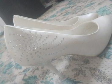 Женские туфли белые на шпильке одевали 1раз размер 38-39 в Токмак