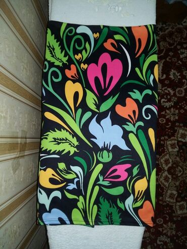 Продаю ЖЕНСКУЮ (44-46) шикарную весеннию юбку в цветочном жанре