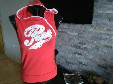 Lepa crvena bluza sa kapuljačom, veličina m za mlade. Dimenzije: - Pozarevac