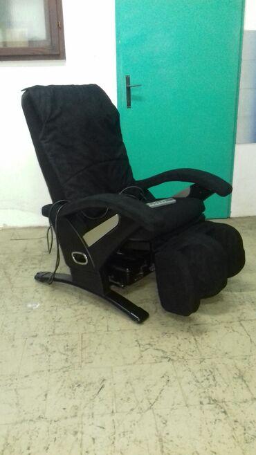 Masazna Fotelja. Crna masazna fotelja prava profesionalna.Masira celo