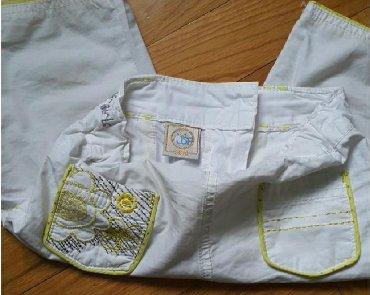 Preslatke 3/4 tri cetvrt pantalone bele sa zutim detaljima - Belgrade