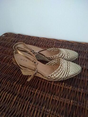 Ženska obuća | Crvenka: Sandale zlatne, vrlo lepe i udobne, par puta nošene, očuvane i bez