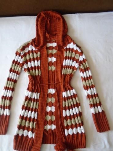 Boja krem sako - Srbija: Džemper/kardigan sa kapuljačom. Vezuje se vunenim kanapom pomoću kojeg