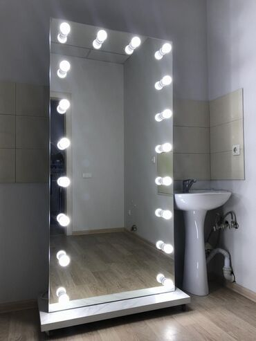 Продаю передвижное гримерное зеркало (не полнит, не худит) с лампами