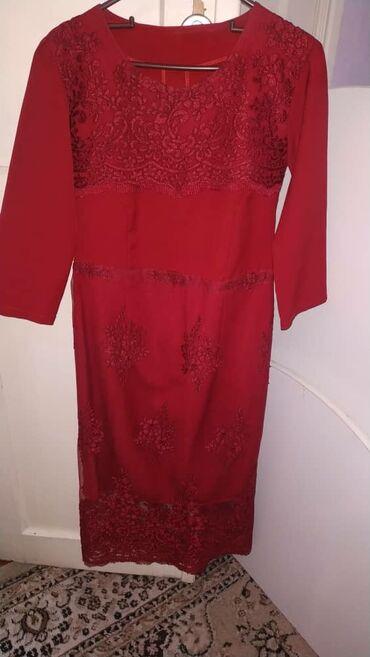 Красное платье с кружевами