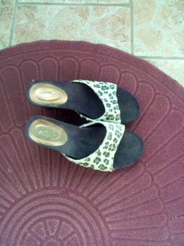 Ženska obuća | Zrenjanin: Papuce. Desna ima malo ostecenu peticu sto see vidi Ali to se moze