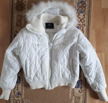 Bela punjena jaknica sa kapuljacom. Dobro ocuvana, nigde ostecena ni - Jagodina