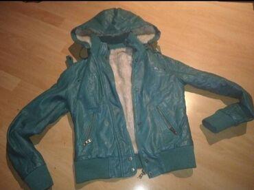 Zenska kozna jakna postavljena krznom, kapuljaca moze da se