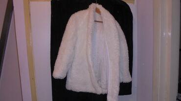 Prodajem jednu malu belu bundicu može se koristiti u hladnijim danima