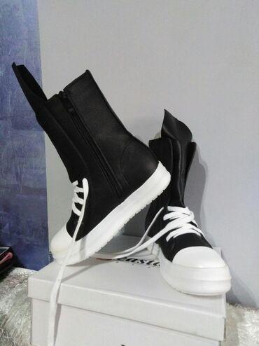 Patike-čizme u crnoj boji.Broj 37