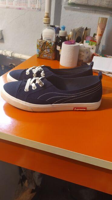 Продаю: со шнурками размер 35, темно синие, без шнурков размер