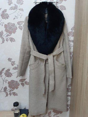Шикарное пальто, со съемным воротником из натурального меха. Пальто