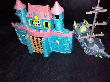 Decije igracke nove, zamak i brod. Brod ima svetlo i ispusta zvuke
