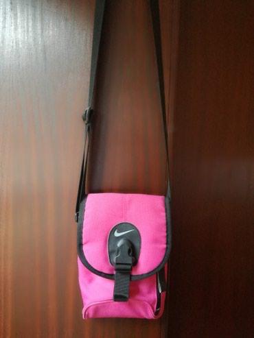 Nike torbica kao nova,placena 3000,napred tri pregrade pozadi jedna - Belgrade