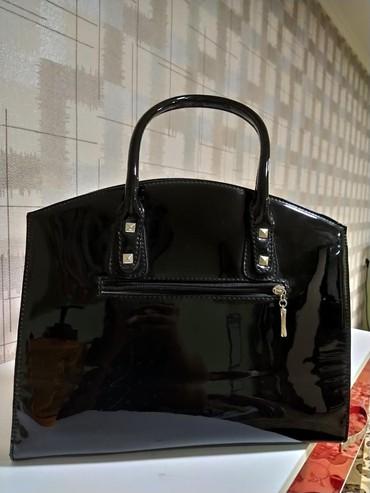 сумка черного цвета в Кыргызстан: Сумка хорошего качества. цвет черный лакированный с металлическими де