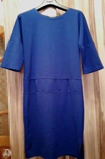 Трикотажное платье, стрейч, с маленьким вырезом с одной стороны