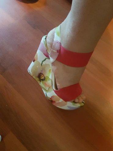 Odlicne sandale nosene par puta bez ostecenja sto se i vidi. Preudobne