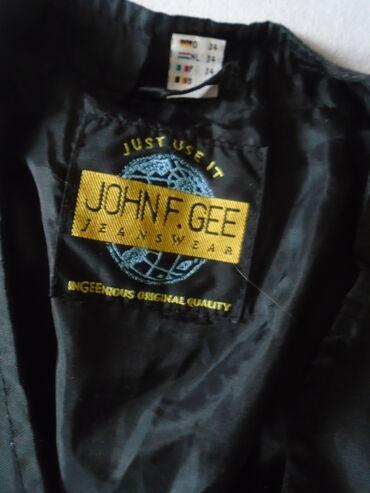 Praktičan JOHN F. GEE crni prsluk sa puno ddžepića, odlično očuvan