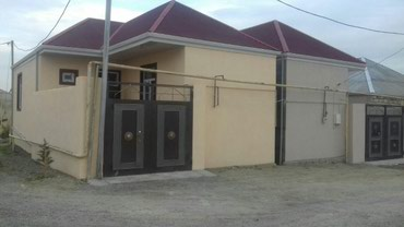 Bakı şəhərində Bineqedi qesebesinde, asvalt yola ve Baki sheherinin merkezine (