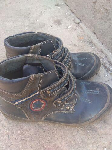 Детская обувь - Бишкек: Деми ботинки, состояние среднее, все целое. 30 размер Кожа+замшаРайон