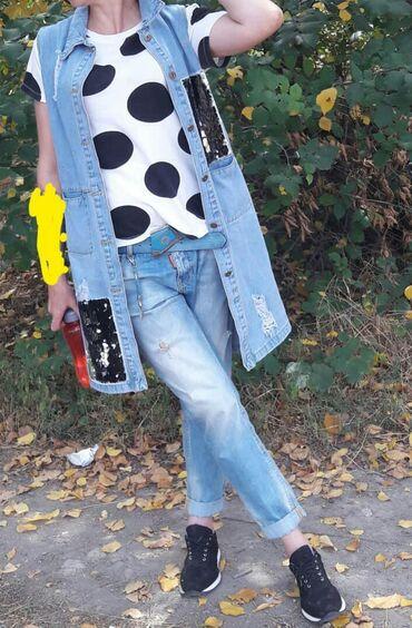 Удлиненный джинсовый жилет. Одевали два раза. Карманы расшиты черными